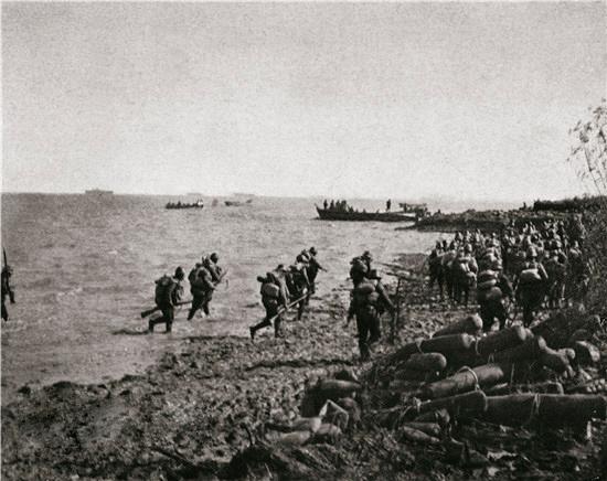 Japanese troops landing at Shanghai in 1937.